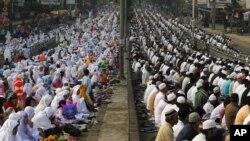 مسلمانان اندونزی، نماز عید قربان در خیابان .