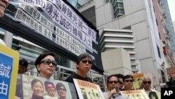ေဟာင္ေကာင္မွ လူအခြင့္အေရး လႈပ္ရွားသူမ်ား တရုတ္ျပည္သူ႔ သမၼတ ႏိုင္ငံ ဆက္ဆံေရး ရံုးေရွ့တြင္ ခ်န္ဂြမ္ခ်န္း (Chen Guangcheng) အေရး ေထာက္ခံ ဆႏၵ ျပၾကစဥ္။
