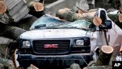 Escombros rodean una camioneta tras una tormenta el sábado, 24 de febrero de 2018, en Millvale, Pennsylvania.