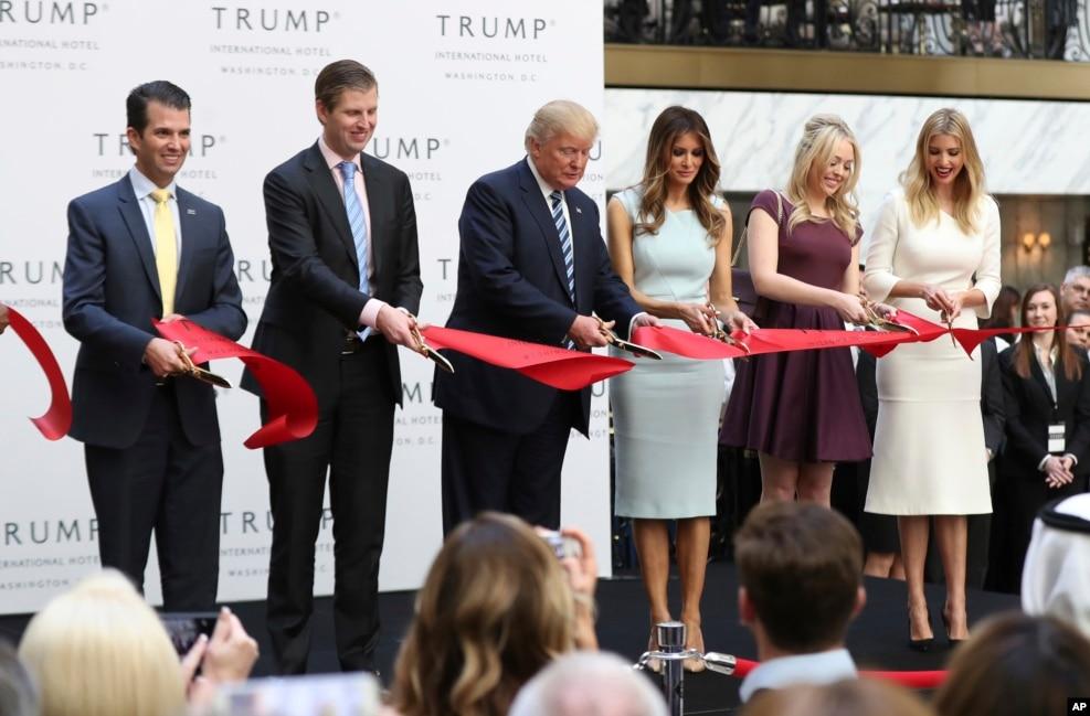 2016年10月26日,川普一家为川普在华盛顿新开张的豪华酒店剪彩。左起:川普之子小唐纳德和埃里克,川普,夫人梅拉尼亚,女儿蒂凡尼和伊万卡。川普入主白宫的努力如果失败,他也可以入住他在白宫附近的酒店。