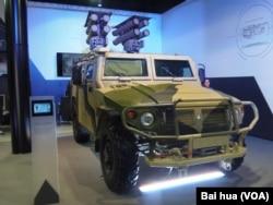 """去年夏季莫斯科武器展中展出的""""騎兵少尉-D1""""反坦克導彈(美國之音白樺拍攝)"""