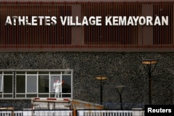 Seorang petugas menyemprotkan disinfektan di Wisma Atlet Kemayoran yang akan dijadikan Rumah Sakit Darurat Corona.
