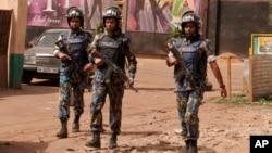 Des casques bleus de l'ONU déployés après l'attaque d'une discothèque à Bamako, Mali, 7 mars 2015