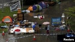 6月24日,一名香港市民行經立法會外抗議地點的帳篷。