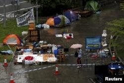 2015年6月24日路人走过香港政府总部外删除前的帐篷