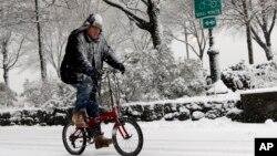 Un ciclista desafia la nieve y el frío en Nueva York.