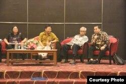 Para pembicara dalam seminar Hukum dan Gagasan Kebangsaan Indonesia dalam rangka Pusaran Politik Identitas. (Foto: Humas UGM)