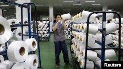 중국 저장성 이우의 한 섬유공장에서 작업에 열중하고있는 근로자. (자료사진)