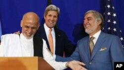 Dua capres Afghanistan Ashraf Ghani (kiri) dan Abdullah Abdullah didampingi oleh Menlu AS John Kerry (tengah) dalam konferensi pers bersama di Kabul, Afghanistan, Jumat (8/8).
