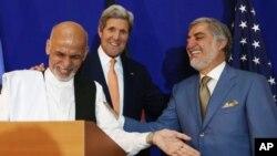 Avganistanski predsednički kandidati Abdula Abdula (desno) i Ašraf Gani na zajedničkoj konferenciji za novinare sa američkim državnim sekretarom Džonom Kerijem