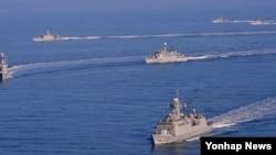 한국 해군 2함대 해상기동훈련이 지난해 12월 서해 울도 인근 해상에서 실시됐다. 사진 왼쪽부터 해상기동훈련을 하는 영주함, 조천형함, 인천함(811), 청주함, 참수리 2정. (자료사진)