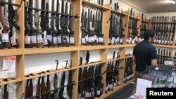 지난 19일 뉴질랜드 크라이스트처치의 총기 판매점에 총기와 부속품이 진열돼 있다.