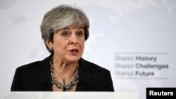 테레사 메이 영국 총리가 22일 이탈리아 피렌체 산타 마리아 노벨라 성당에서 연설하고 있다.