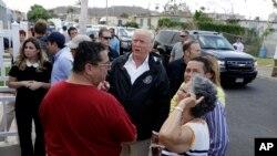 3일 푸에르토리코를 방문한 도널드 트럼프 미국 대통령이 현지 허리케인 피해 주민들과 대화하고 있다.