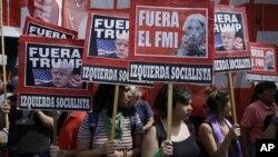 Người biểu tình giở biểu ngữ chống Tổng thống Donald Trump và Quỹ Tiền tệ Quốc tế (IMF) trong một cuộc biểu tình chống Hội nghị G-20 ở Buenos Aires, Argentina, ngày 30 tháng 11, 2018.