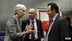 Menkeu Perancis Christine Lagarde (kiri) berbicara dengan Menkeu Yunani George Papaconstantinou (kanan) dalam pertemuan Menkeu Uni Eropa di Luxembourg (foto: dok.).