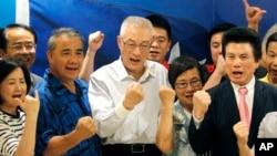 台灣前副總統吳敦義(中)及其支持者宣布當選國民黨主席(2017年5月20日)