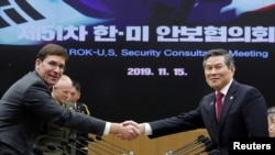 지난해 11월 서울 용산구 국방부에서 열린 제51차 안보협의회(SCM) 고위회담에서 마크 에스퍼 미 국방장관과 정경두 한국 국방장관이 악수하고 있다.