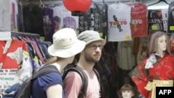 Du khách nước ngoài đi dạo trong khu buôn bán vắng vẽ trên đường Nakamise dẫn đến đền Sensoji, một trong những địa điểm lôi cuốn du khách nhất ở Tokyo