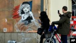 Une oeuvre murale de l'artiste britannique Banksy en face de l'ambassade de France à Londres. 25 janvier 2016 (AP Photo/Alastair Grant)