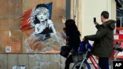 Lukisan gadis kecil dari Les Miserable karya seniman Inggris Banksy di luar Kedutaan Besar Perancis di London.