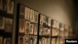 Des photographies de victimes du génocide rwandais sont exposées sur un mur de la galerie lors de la visite du président américain George W. Bush et de la première dame Laura Bush au Centre commémoratif de Kigali à Kigali, Rwanda, le 19 février 2008. REUTERS/Jason Reed