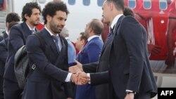 Le joueur de football de l'équipe nationale égyptienne et l'attaquant vedette de Liverpool, Mohamed Salah, se serrent la main en arrivant avec son équipe à l'aéroport international de Grozny, le 10 juin 2018.