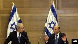 ນາຍົກລັດຖະມົນຕິ ອິສຣາແອລ ທ່ານ Benjamin Netanyahu, ຂວາມຶ, ແລະ ຫົວໜ້າພັກ Kadima ທ່ານ Shaul Mofaz ກໍາລັງຮ່ວມກັນຖະແຫລງຂ່າວ ກ່ຽວກັບການຕັ້ງລັດຖະບານປະສົມ ທີ່ກຸງ Jerusalem, ໃນວັນອັງຄານ ທີ່ 8, 2012.
