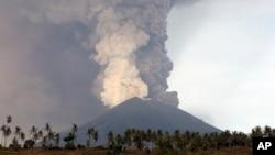 Gunung Agung terus menyemburkan abu dan asap yang tampak mengancam, Senin (27/11).