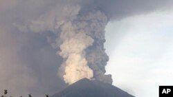 Núi lửa Agung phun khói, tro tại Karangasem, Bali, Indonesia, ngày 27/11/2017.