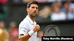 Novak Đoković u meču protiv Roberta Bautiste Aguta u polufinalu Vimbldona (Foto: Reuters/Toby Melville)