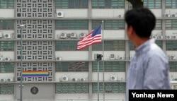 13일 서울 종로구 주한 미국대사관에 성 소수자 권리를 상징하는 무지개색 깃발이 걸려있다. 대사관 측은 퀴어문화축제에 지지와 연대를 표시하는 뜻이라고 설명했다.
