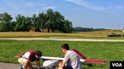 Istraživači rade na dronu u Bleksburgu u Virdžiniji.