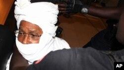 Nhân viên an ninh bao quanh cựu độc tài Chad, Hissene Habre bên trong tòa án, Dakar, Senegal, ngày 20/7/2015.