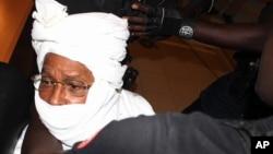Nhân viên an ninh vây quanh nhà cựu độc tài Chad Hissene Habre bên trong tòa án tại Dakar, Senegal, ngày 20 tháng 7 năm 2015.