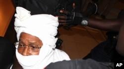 Petugas keamanan menjaga mantan diktator Chad Hissene Habre di dalam pengadilan, di Dakar, Senegal, 20 Juli 2015.