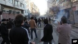 伊朗被指在近年打压民权社会。图为抗议者在德黑兰参加反政府示威