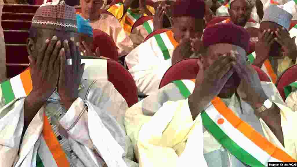 Des députés nigériens nouvellement élus attendent le début de la première séance de la nouvelle Assemblée Nationale. Les élus de l'opposition ont boycotté la cérémonie au Palais des Congrès de Niamey, jeudi 24 mars 2016. Photo voa Bagassi Koura.