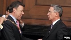 El presidente de Colombia, Álvaro Uribe condecoró con el Gran Collar de la Orden de Boyacá al presidente entrante, Juan Manuel Santos. Ahora le critica.
