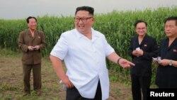 김정은 북한 국무위원장이 평안북도 신도를 방문한 모습을 조선중앙통신이 지난달 30일 공개했다.