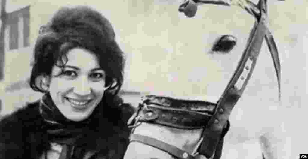"""فروغ الزمان فرخزاد عراقی (فروغ فرخزاد) ۱۳۴۵-۱۳۱۳ شاعر، بازيگر ، کارگردان: """" من قدرت قبول وتحمل یک زندگی عادی نظیر زندگی میلیونها مردم دیگر را در خودم نمی بینم. من خیال ازدواج ندارم. من دلم می خواهد در زندگیم ترقی کنم و در اجتماعم زن بر جسته ای باشم."""""""