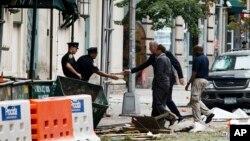 Walikota New York Bill de Blasio dan Gubernur New York Andrew Cuomo memantau lokasi ledakan di Chelsea, New York (18/9).
