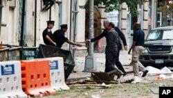 """El gobernador del estado de Nueva York, Andrew Cuomo y el alcalde de nueva york, Bill de Blasio, recorren el lugar de la explosión. Cuomo dijo que """"no hay evidencia de conexión con el terrorismo internacional""""."""