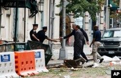 نیویارک کے علاقے مین ہیٹن میں بم دھماکے کے بعد سیکیورٹی اہل کار تفتیش کر رہے ہیں۔ فائل فوٹو