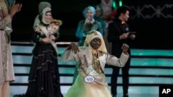 Obabiyi Aishah Ajibola dari Nigeria (depan) setelah diumumkan sebagai pemenang Miss Muslimah Dunia 2013 di Jakarta (18/9).