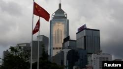 2018年7月6日,中国国旗和香港港旗飘扬在商业大楼前
