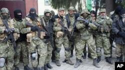 親俄激進分子在烏克蘭東部城市斯洛文斯克控制了警察局後合照