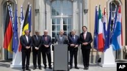 Menteri Luar Negeri dari enam negara pendiri Uni Eropa, Jean Asselborn (Luxemburg), Paolo Gentiloni (Italia), Frank-Walter Steinmeier (Jerman), Jean-Marc Ayrault (Perancis), Didier Reynders (Belgia) dan Bert Koenders (Belanda) memberikan keterangan kepada media pasca keluarnya Inggris dari kelompok tersebut di Berlin, Jerman (25/6).