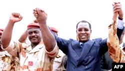 Le général du contingent tchadien au Mali Oumar Bikimo, à gauche, se tiennent la main avec le président du Tchad Idriss Deby Itno, lors d'une cérémonie de bienvenue, à N'Djamena, le 13 mai 2013.