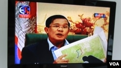 FILE - Prime Minister Hun Sen appears on state-run TVK during a special live broadcast on Tuesday September 08, 2015 to rebuke opposition party's claims about the map and border demarcation with Vietnam. (Neou Vannarin/VOA Khmer)